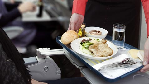 احذروا وجبات الطعام والمشروبات على متن الطائرة لهذا السبب!