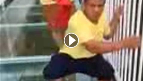 بالفيديو.. رعبٌ وبكاء أثناء عبور أطول جسر زجاجي في العالم!