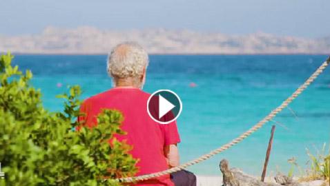 بالفيديو.. رجل يعيش لوحده على جزيرة جنة الأرض منذ عشرات السنين