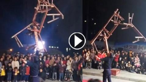 فيديو مدهش: رجل يحمل 7 مقاعد خشبية أعلى فمه