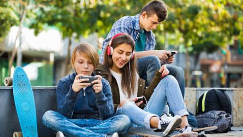 وسائل التواصل الاجتماعي تعزز الإكتئاب القاتل لدى المراهقين