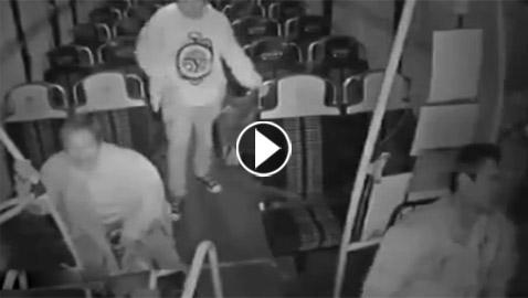 سائق حافلة كاد أن يتوقف قلبه من الفزع بسبب امرأة عجوز وشاب! فيديو