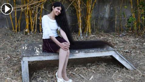 شاهدوا .. صاحبة أطول شعر في العالم تحافظ على لقبها في موسوعة غينيس