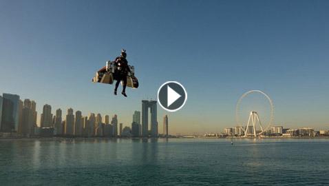 تجربة ناجحة لطيار بشري يمكنه التحليق والمناورة على ارتفاعات عالية (فيديو)