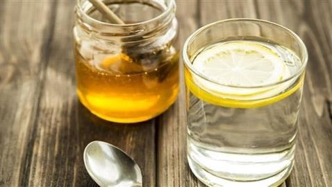 تعرّف على فوائد الماء الدافىء بالليمون والعسل